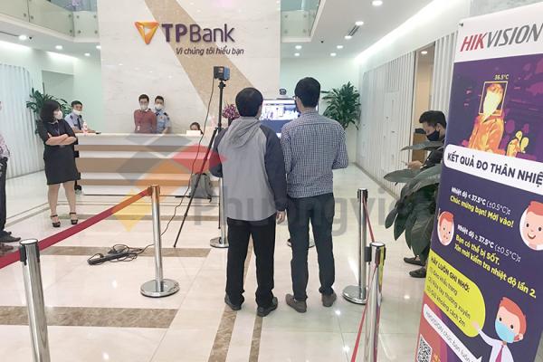 giải pháp camera thân nhiệt cầm tay tại ngân hàng